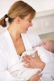 母亲在有新出生的婴孩的医院 免版税库存照片