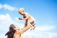 母亲培养孩子 免版税库存图片