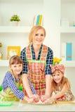 母亲女儿厨师 免版税库存照片