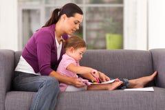 母亲女儿图画 免版税库存照片