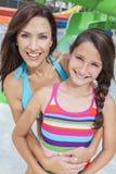 母亲女儿妇女女孩儿童系列水公园 库存图片