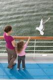 母亲女儿旅行的小船结转海鸥 免版税库存图片