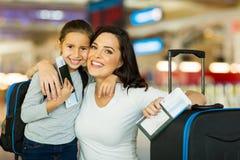 母亲女儿机场 库存图片