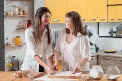 母亲女儿烘烤的美好时光揉的面团 免版税库存图片