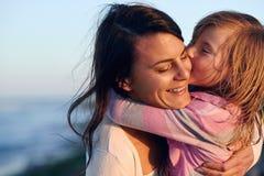母亲女儿爱 免版税库存图片