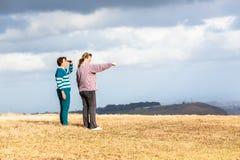 母亲女儿走探索自然公园 免版税库存图片