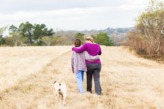 母亲女儿走的自然公园 库存照片