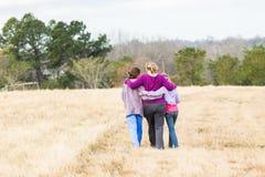 母亲女儿走的自然公园 免版税库存图片