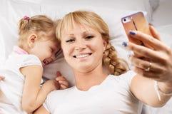 母亲女儿selfie 库存照片
