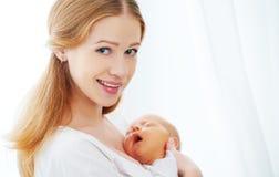 母亲嫩容忍的新出生的婴孩  免版税库存图片