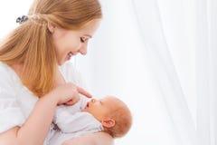 母亲嫩容忍的新出生的婴孩  免版税图库摄影