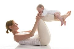 母亲孩子炫耀出生后的锻炼 库存图片