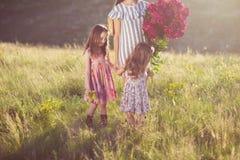 母亲家庭画象有两个女儿的 库存照片
