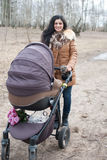母亲宽松婴孩的摇篮车 免版税库存图片