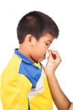母亲对她的儿子的清洁鼻子 库存图片