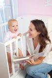 母亲对婴孩的阅读书 库存图片