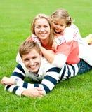 母亲将夹在中间在她的女儿和丈夫之间 库存图片
