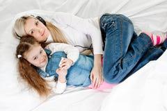 年轻母亲小女儿 免版税库存照片