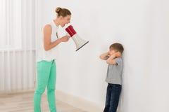 母亲尖叫对她的儿子 库存图片