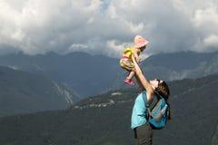母亲带走她的胳膊的女儿 一个愉快的家庭的概念 日热夏天 水平的照片 免版税图库摄影