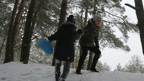 年轻母亲帮助她的女儿攀登山慢动作 股票视频
