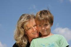母亲微笑的儿子 库存照片