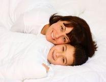 母亲微笑的儿子 免版税图库摄影