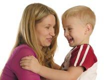 母亲微笑的儿子 库存图片
