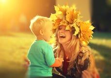 母亲愉快儿子的秋天 免版税库存照片