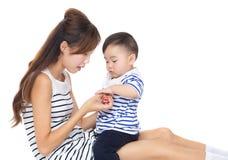 母亲戏剧与她的儿子的玩具块 免版税图库摄影
