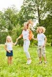 母亲戏剧和跃迁与她的孩子 库存图片