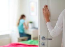 母亲手对女孩室的开门 免版税图库摄影