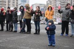 母亲抗议在反对政府的布加勒斯特 免版税库存图片