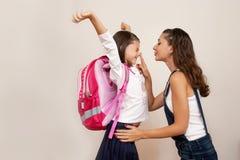 母亲护航女儿到学校 免版税库存图片