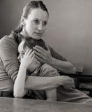 母亲拥抱哭泣的儿子 免版税库存照片