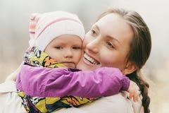 母亲拥抱孩子 免版税库存照片