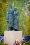 母亲拥抱战士儿子 对苏联战士的一座纪念碑在奥廖尔州地区 免版税图库摄影