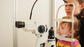 母亲拿着女儿女儿检查了视域 免版税库存图片