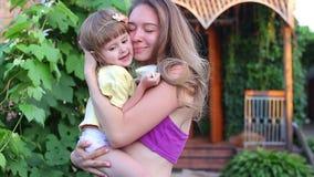 年轻母亲拿着女儿 股票录像