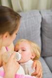 母亲提供的婴孩 免版税库存照片