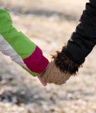 母亲握他的女儿的手 免版税图库摄影