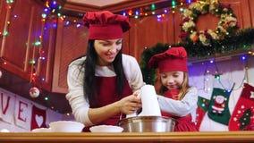 母亲教她的与电动搅拌机的女儿混合的成份 股票视频