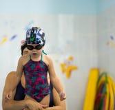 母亲教潜水孩子 图库摄影