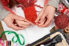 母亲教的女儿女孩编织,顶视图,缝合的辅助部件顶视图,裁缝工作场所,许多为针线, handm反对 库存照片