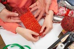 母亲教的女儿女孩编织,顶视图,缝合的辅助部件顶视图,裁缝工作场所,许多为针线, handm反对 免版税图库摄影