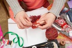 母亲教的女儿女孩编织,顶视图,缝合的辅助部件顶视图,裁缝工作场所,许多为针线, handm反对 库存图片