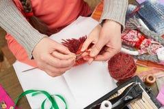 母亲教的女儿女孩编织,顶视图,缝合的辅助部件顶视图,裁缝工作场所,许多为针线, handm反对 图库摄影
