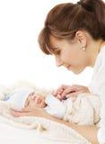 母亲新出生的婴孩家庭画象,有新出生的孩子的妈妈 免版税库存图片