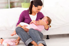 母亲晃动的婴孩休眠 免版税库存照片