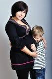 母亲更老的怀孕的儿子 库存图片